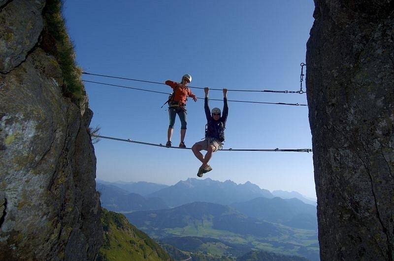 Klettersteig Tirol : Klettern mit freunden auf der steinplatte waidring in tirol